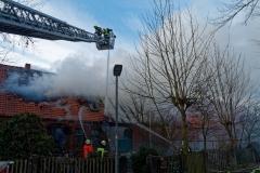 Aufgrund der starken Brandausbreitung konnten die Einsatzkräfte nur noch von außen gegen die Flammen vorgehen